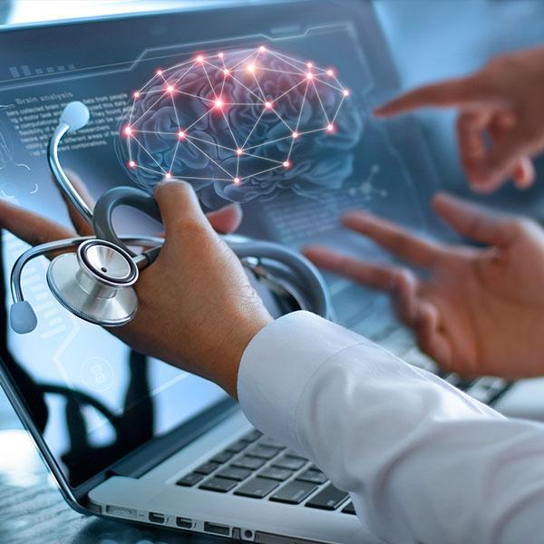 Lekarz patrzący naanimowany mózg